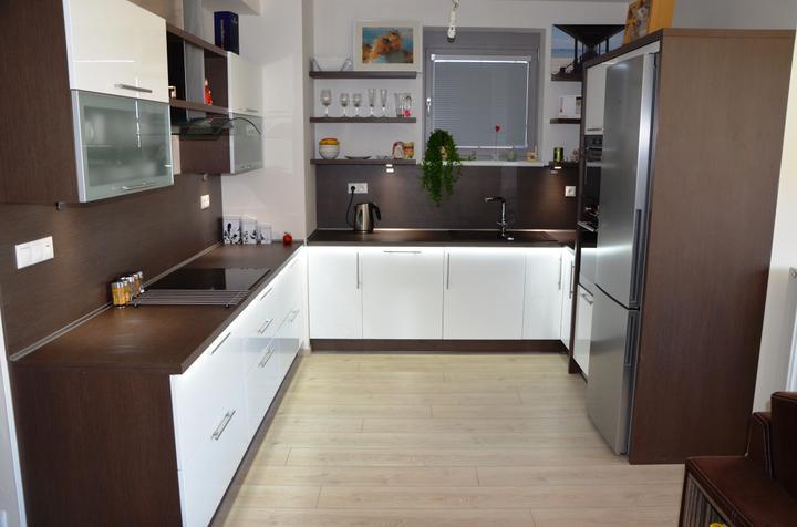 kuchyneprekazdeho - Dvierka-biela lesklá, korpus-woodline mocca
