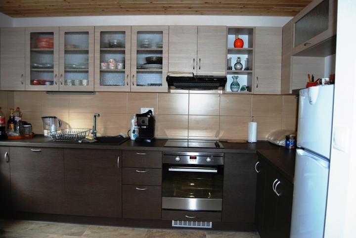 kuchyneprekazdeho - Dvierka-woodline mokka+pinie avola champagne, korpus-woodline mokka+pinie avola champagne