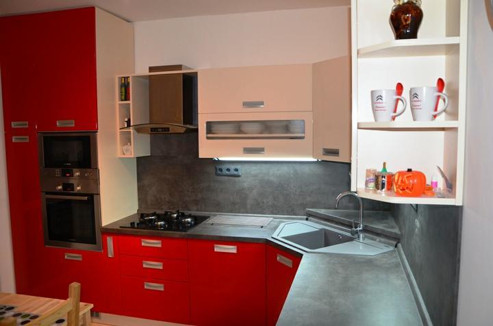 kuchyneprekazdeho - Dvierka-červená maranello lesk+slonová kosť lesk, korpus-bavlna