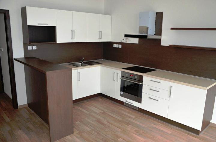 kuchyneprekazdeho - Dvierka-koženka biela, korpus-woodline mocca