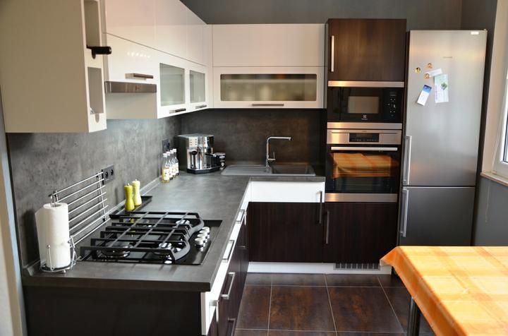 kuchyneprekazdeho - Dvierka-biela lesklá+avola hnedá, korpus-biely+dub ferrara