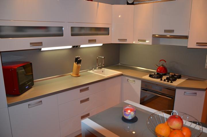 kuchyneprekazdeho - Dvierka-biela lesklá, korpus-biely