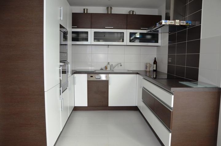kuchyneprekazdeho - Dvierka-biela matná+woodline mocca, korpus-woodline mocca