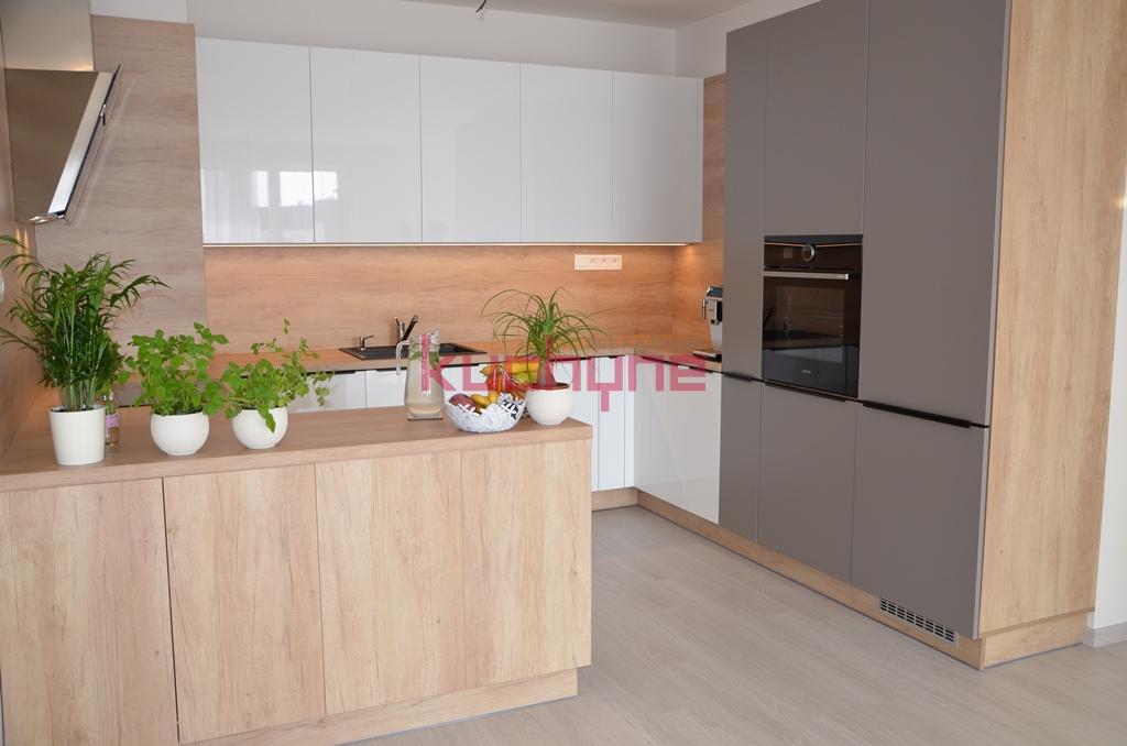 kuchyneprekazdeho - Dvierka-biela lesk+stone, korpus-dub nebraska prírodný