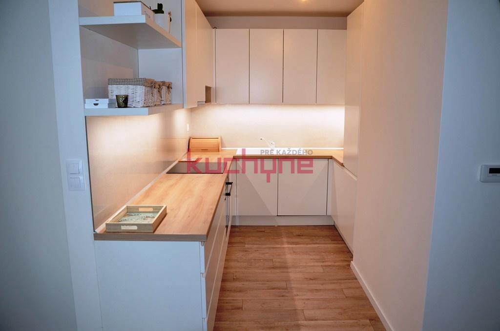 kuchyneprekazdeho - Dvierka-koženka biela, korpus-biely+akácia svetlá