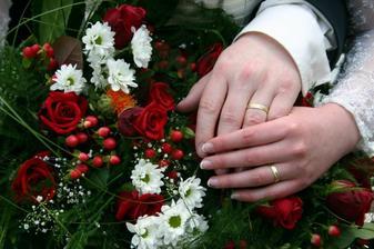 ...prstýnky, kytička a naše ruce jedna v druhé...