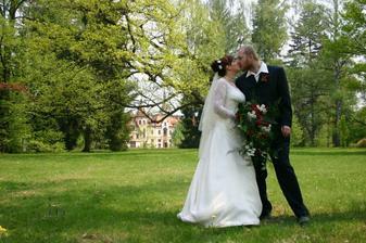 ...políbení v zámeckém parku...