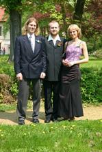 ...sourozenci ženicha, vpravo nejmladší, uprostřed nejstarší a ten vlevo je vlastně prostřední :-)