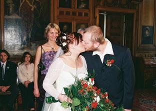 ...novomanželské políbení...