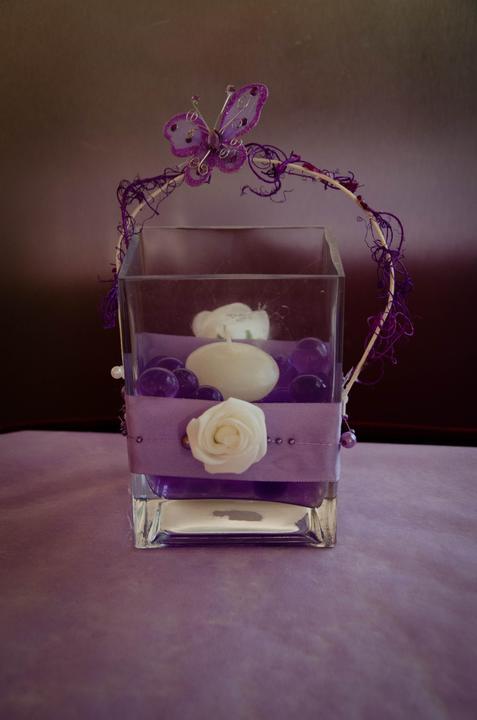 Veletrh svtební dny 2013 - Zdobená váza fialovou saténovou stuhou, bílou růžičkou, perličkami a proutím, na kterém je omotán moss a fialový motýlek s kamínky. Uvnitř gelové kuličky s plovoucí svíčkou.