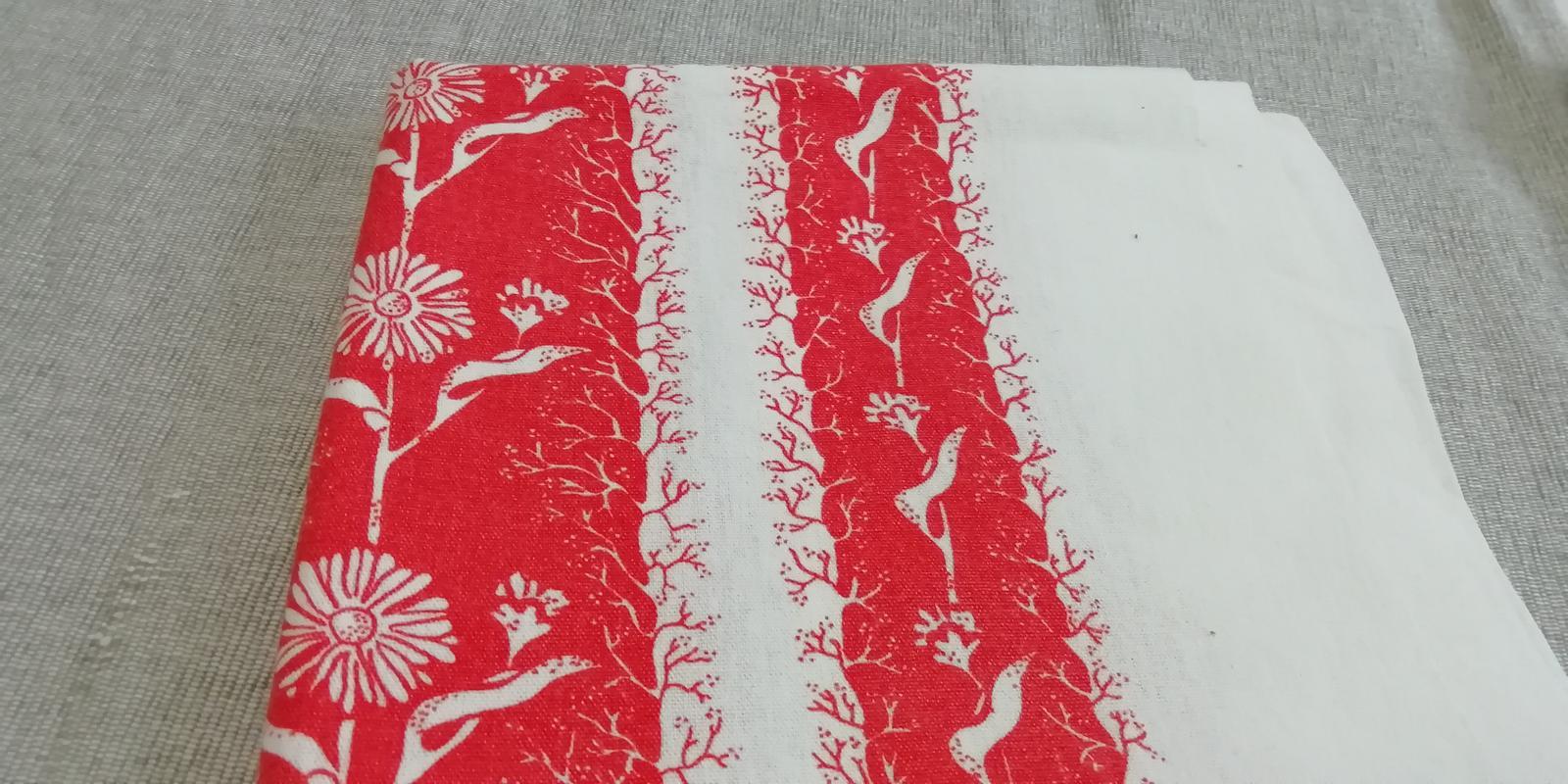 Obrus červeno - biely kvetovaný - Obrázok č. 1