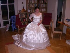 druhá zkouška šatů, už s rukávy, ale sukně pořád není přišitá - příště!