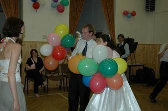 a pak ho ještě vysvobodit z balonků