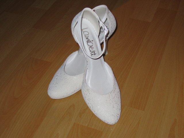 18.9.2010 bude bašavel:)) - zatial svadobne...ked najdem to co hladam...vymenim ich:)
