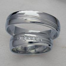 Moje představa byla, že až na to dojde, pořídíme si jednoduché prstýnky z chir. oceli...