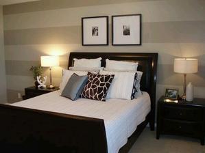 Super tapeta v za postelí a obrazy manželského páru nad hlavou :)