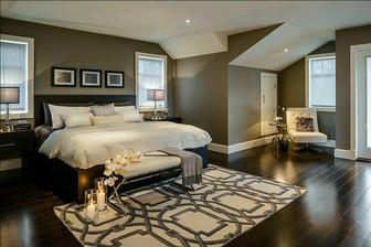 Prostorná ložnice, zajímavé barvy