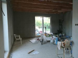 Pohled od kuchyně na obývací část po síťování 20.6.2017 / obývačka