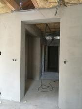 Pohled z obývací místnosti do chodby (19.8.17) / zateplení stropu