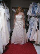 zamluvené šaty z Nevěsty v Letňanech - jsou mi i úplně zašněrované holt větší, ale kdo ví, jak budu v 6. měsíci těhu vypadat :-)