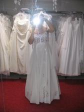 zamluvené šaty z Nevěsty v Letňanech - tyto mi sedí lépe a cítím se v nich dobře
