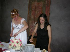 svědkyně Jolča mi pomáhala s dortem a Petr roznášel hostům