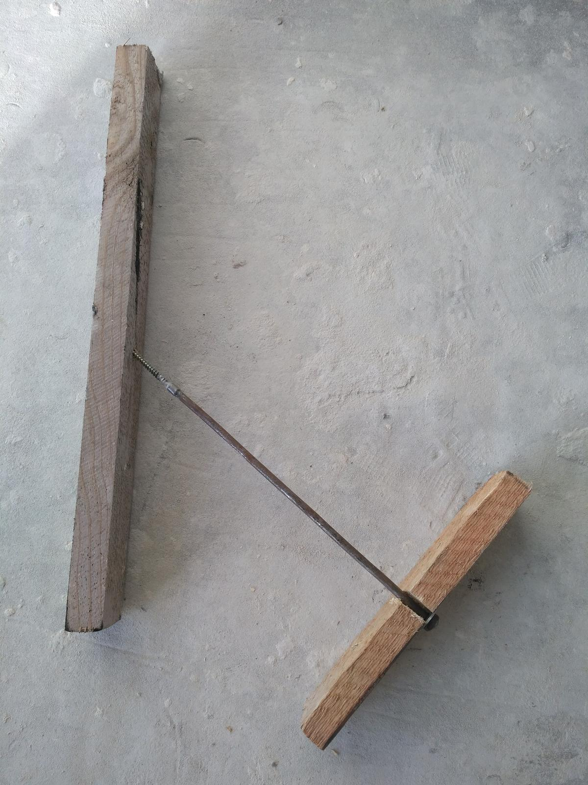 Oprava keramického komínu - Táta udělal ze střešní latě, kousku kulatiny, vrutu a matice - stahovák - který zafixuje nový sopouch na svém místě, než dozraje lepidlo