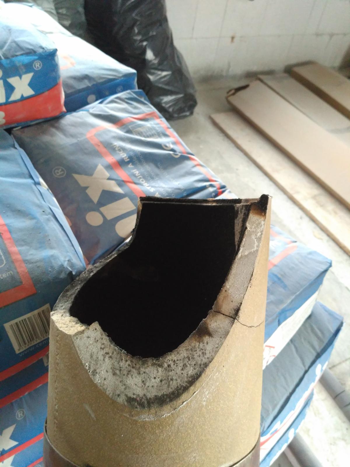 Oprava keramického komínu - Poškozený sopouch, cca 1/4 zůstala v komínu
