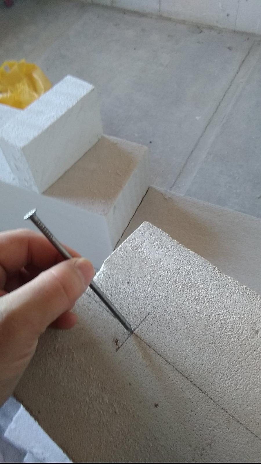 Ytongový překlad z příčkovky (nenosný) - hřebíkem si naznačte středy děr - důlek pomůže vrtat přesněji - stačí naznačit