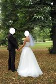 Svatební šaty s ozdobou kolem pasu a širší sukní, 36