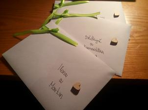 Dodělané a nadepsané obálky na oznámení