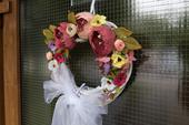 Kvetovaný svadobný veniec,