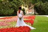 Krajkové svatební šaty s dlouhou vlečkou, 34