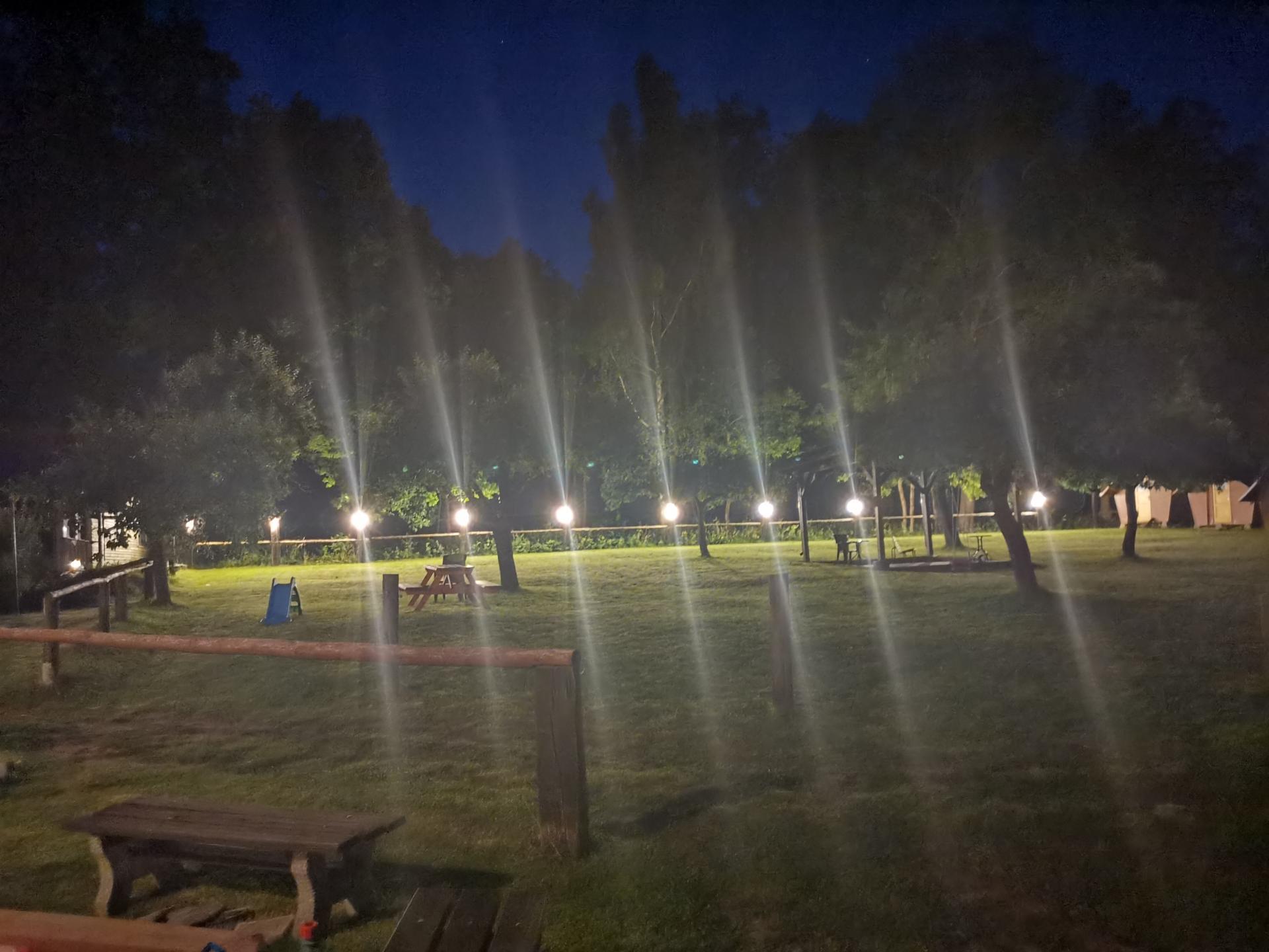 farmaheroutice - rozsvícená večerní zahrada
