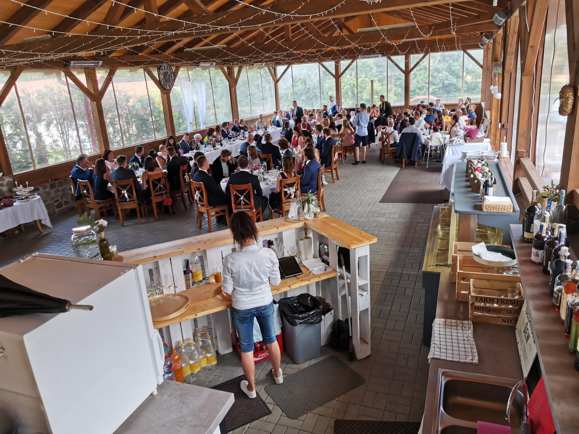 farmaheroutice - společný servírovaný oběd, cca 110 hostů