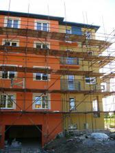 Dokončování fasády - barvy nic moc.