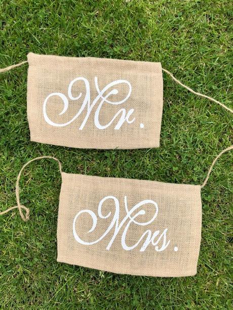 Nápis Mr. and Mrs. na židle - Obrázek č. 1