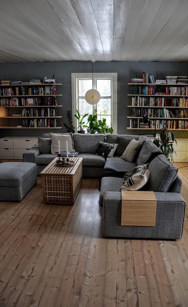 Punainen Talo - Knihovna! Po sedmi letech skladování knih v boxech je konečně alespoň jejich část na svém místě...