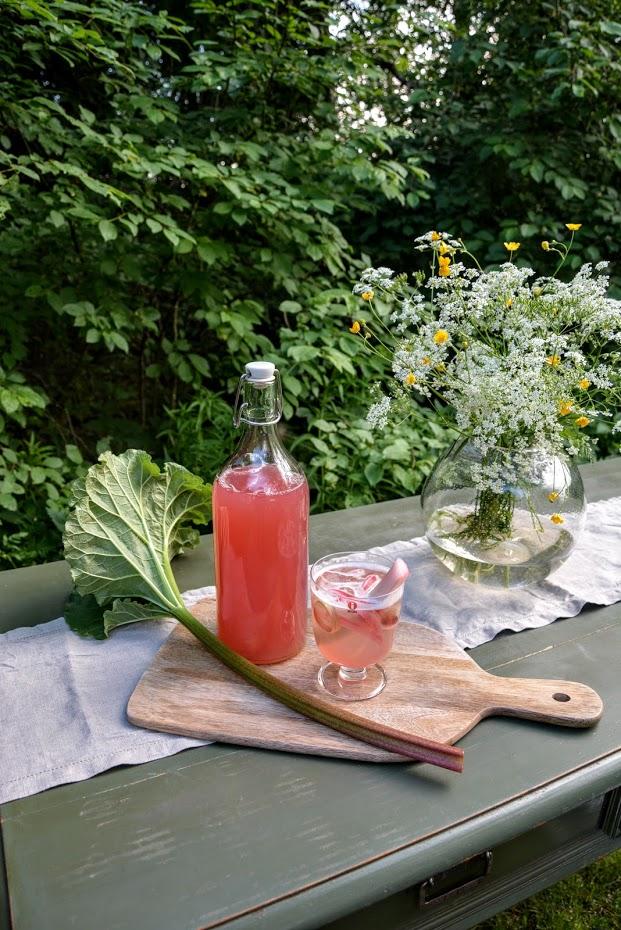 Oslava slunovratu už tento víkend! Takže u nás pohoda v zeleni, a rebarborový drink... recept na blogu: https://cervenydum.cz/juhannus/ - Obrázek č. 2