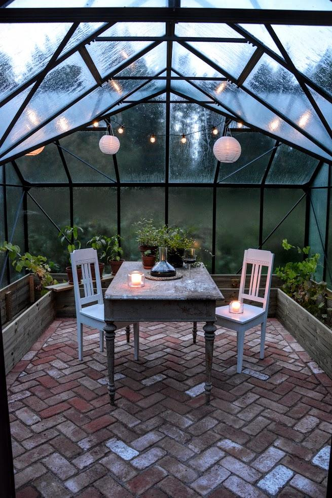 O zahradě - Jak se ukázalo, skleník je perfektní na posezení se sklenkou vína za deštivého dne...