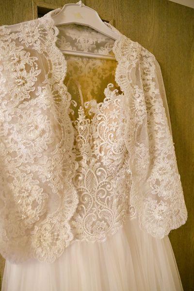 Svatební šaty 40/42 s krásnou krajkou a hladkou sukní - Obrázek č. 2