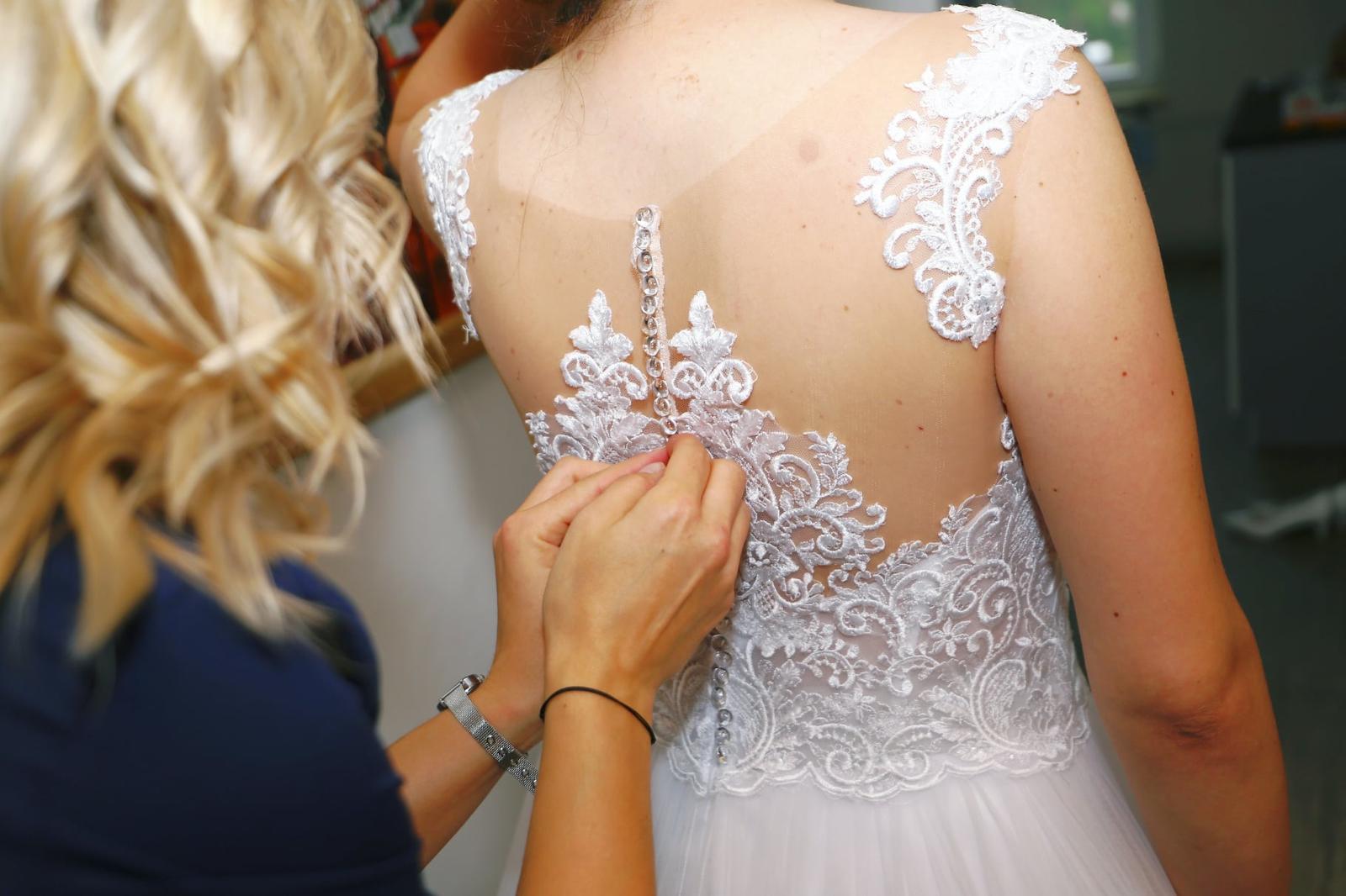 Svatební šaty 40/42 s krásnou krajkou a hladkou sukní - Obrázek č. 1