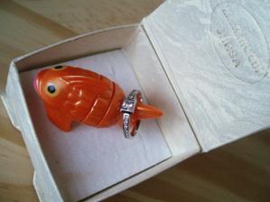 zásnubní prstýnek - přinesla mi ho tahle zaltá rybička v Kindervajíčku pod stromeček 24.12.2008