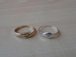 moje dva zásnubní prstýnky (zlatý mám už 2,5 roku; stříbrný jsem dostala na předsvatební cestě v Paříži)