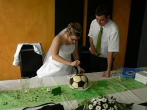 krájení fotbalového dortu (nějak jsme zapomněli, že musíme oba)