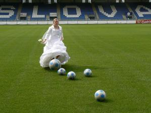 fotbalistka při výkopu :-)