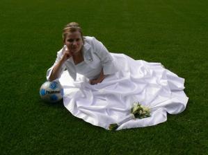 nevěsta na trávníku