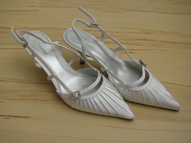 11.7.2009 v 11.00 na radnici v Lokti - mé svatební střevíčky