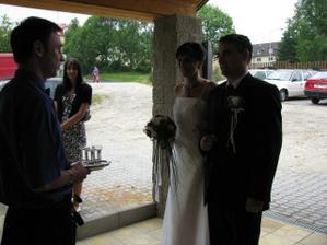 uvítání před svatební hostinou