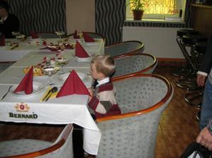 synovec u svatebního stolu